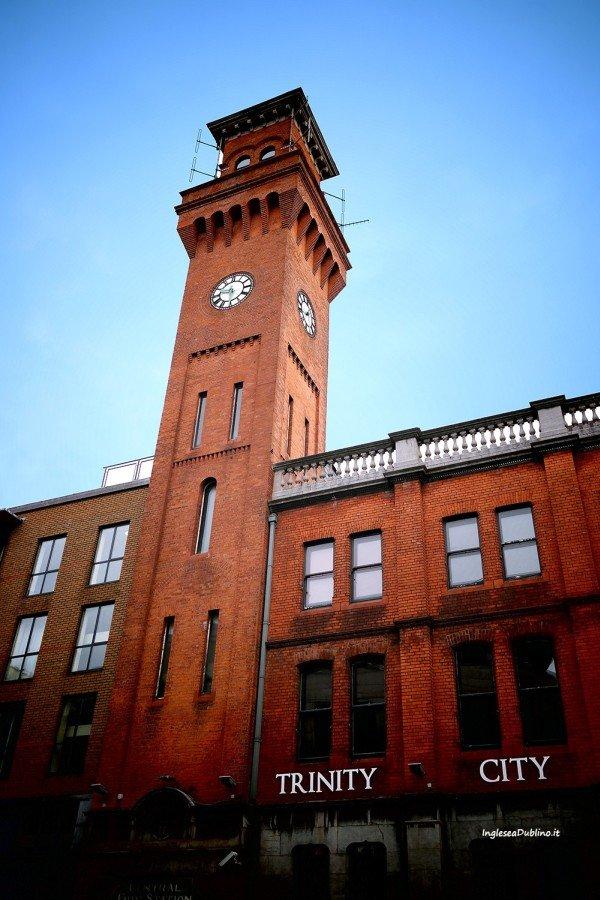 Vista sulla torre dell'orologio a Tara Street