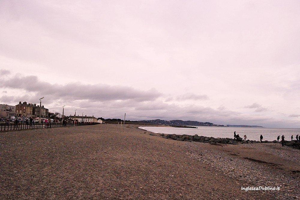 Sfumature di rosso sulla spiaggia di Bray in Irlanda
