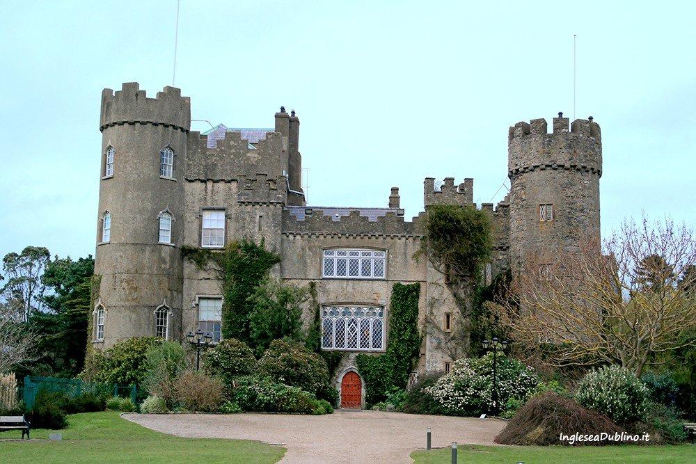 Il Castello di Malahide visto dal magnifico parco che lo circonda
