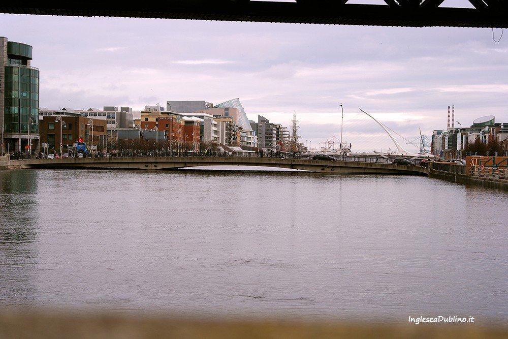 Vista sul fiume Liffey a Dublino Irlanda